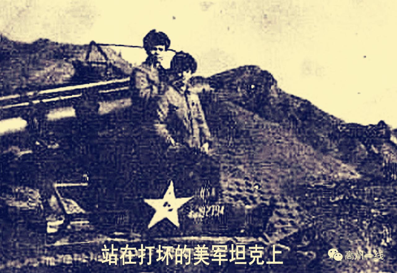 站在美军坦克下
